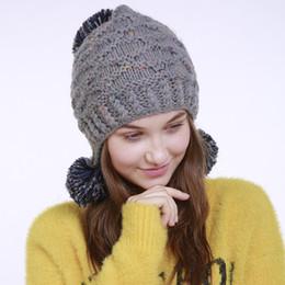 0312005da Sombreros de lana de lana de color mixto oreja proteger sombrero de mujer  Otoño Invierno nueva gorra de mano pura de jacquard 3 gorros de bola  caliente ...