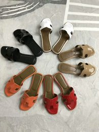 2019 zapatillas planas para niñas Zapatillas de cuero de patente de verano de las mujeres Zapatillas de diseñador Muler Flats Casual Beach Sandalias de niña exterior Diapositivas EUR34-40 con bolsas de polvo de caja zapatillas planas para niñas baratos