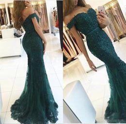 Vestido sin espalda verde esmeralda online-2018 Emerald Green Couture elegante vestidos de baile apliques con cuentas de cristal fuera del hombro sin espalda sirena vestidos de noche Vestido de Fiesta