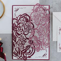 2019 convites casamento 50 Set Doble Borgoña Impresión colorida Encaje Invitaciones de boda Personaliza Rosa Patrón Convites Casamento Tarjetas POST de saludo rebajas convites casamento