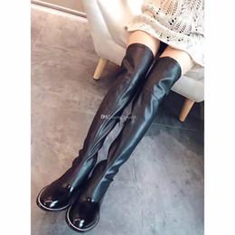 Бедро Высокие сапоги Заклепки из эластичной ткани на плоской подошве Женщины Мото-пинетки Тонкие кожаные с длинными шипами женские сапоги от