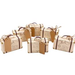 Cajas temáticas para fiestas online-Caja de dulces de la caja del favor de la fiesta del favor de la mini maleta 50sets, papel de Kraft del vintage con las etiquetas y guita de la arpillera para el partido temático de la boda / del viaje