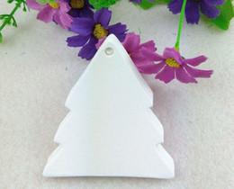 großhandel weiße geschenk-tags Rabatt Großhandel 6x5,5 cm Kraft Weihnachtsbaum hängen Tags hochwertige weiße Geschenkanhänger für Weihnachtsgeschenk benutzerdefinierte Tags accpet cusotm Logo