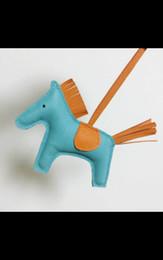 Ücretsiz kargo Deri pony kolye, el yapımı, hores kolye. tüy malzeme, küçük ve sevimli, özelleştirilebilir, 3-7 gün gemi nereden