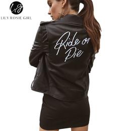 2019 chaquetas fresco moto Lily Rosie Girl Letter Print Mujeres de cuero sintético abrigo negro chaqueta de la cremallera de la motocicleta 2017 otoño invierno Cool motocicleta prendas de vestir exteriores rebajas chaquetas fresco moto