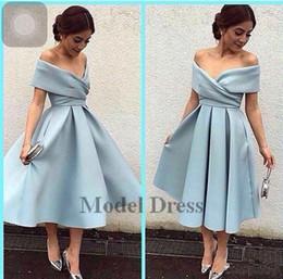 Vestito di lunghezza di tè del cielo blu online-Arabric Style Tea-Length Prom Dresses V Neck Off Shoulder A Line Satin Light Sky Blue Elegant Dresses Formal Evening Gowns for Women