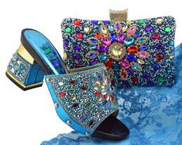 Blaue schöne schuhe online-Nette schauende Himmelblauwemon-Kätzchenschuhe mit bunten afrikanischen Schuhabgleichhandtaschen stellten für Kleid FGT004 ein