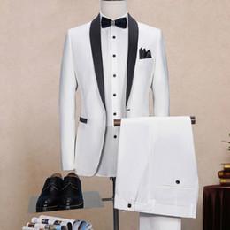 2020 esmoquin negro solo botón Trajes de novio blanco boda solapa chal negro de dos piezas de un solo botón esmoquin novio pechos de novia (chaqueta + pantalones) esmoquin negro solo botón baratos