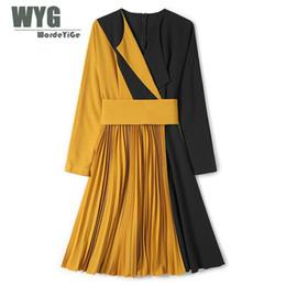2019 estilo imperio vestidos largos Vestido estilo plisado estilo inglaterra 2018 Otoño WYG Street Chic Vestidos de diseñador de manga larga del Imperio del remiendo amarillo de alta calidad estilo imperio vestidos largos baratos