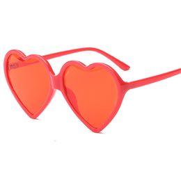 ab36cf29af57c7 Lunettes de soleil de coeur Femmes Cat Eye Vintage Cadeau De Noël Noir Rose  Rouge Amour Forme Lunettes De Soleil pour Dames UV400