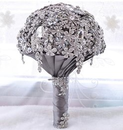 2019 bouquet di lusso 2019 Mazzi di fiori da sposa luccicanti e scintillanti di lusso Fiori Bomboniere in cristallo argento Buque de noiva Bouquet da sposa con tenuta a mano sconti bouquet di lusso