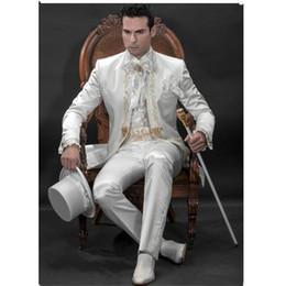 Chaqueta de encaje de oro online-Traje de novio de los hombres Traje de novio Blanco de la boda Novio de encaje de oro bordado personalizado (Chaqueta + Pantalones + Faja)