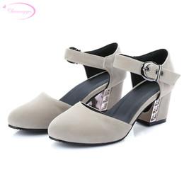 Оптовая досуг круглый носок нубук летние сандалии пряжка пояса металлические украшения черный розовый белый красный толстый med пятки женская обувь от