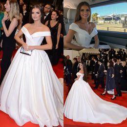 95ef281d4b 2019 vestido elegante vermelho branco Elegant White Satin Vestidos de Noite  2018 Uma Linha Fora Do