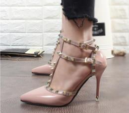 talones del cerrojo del remache de cuero femenino de tacón alto de las bombas de tacón de aguja 11.5cm dedo del pie acentuado zapatos de mujer zapatos del remache hueco desde fabricantes
