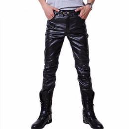 2019 più calzamaglia in pelle nera Pantalone in pelle da uomo 2017 marchio nero aderente in ecopelle Pantaloni da uomo elastico Hip Hop dritto skinny Plus Size 5XL sconti più calzamaglia in pelle nera