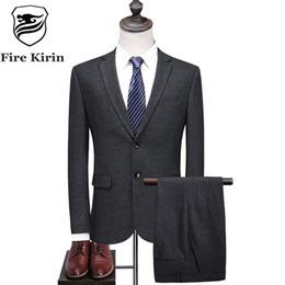061f75a61bb88 Fuego Kirin gris trajes para hombres 2017 últimos diseños de pantalón de  abrigo 2 piezas traje masculino formal marca de lujo Slim Fit trajes de lana  para ...