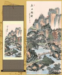 Pittura di seta appesa online-Soggiorno ufficio ufficio appeso inchiostro paesaggio pittura di seta Feng Shui scorrere pittura cinese primavera tour di montagna