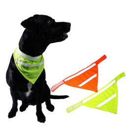 Cani collari di cane online-Pet Dog Sciarpa Collare Bavaglino Papillon Cucciolo Acessory Bavaglini fluorescenti Neckband Fazzoletto da collo Pet Triangolare Fasciatura Riflettente AAA518