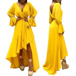 Vestidos de fiesta largos de moda irregulares amarillos Otoño 2018 Vestidos de fiesta de llamarada de manga larga con escote en V sin espalda Una línea Vestido de novia de espalda corta Elegante desde fabricantes