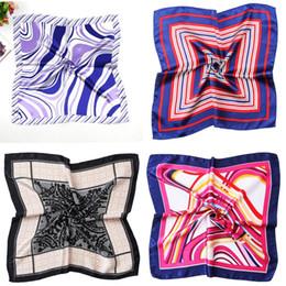 Trajes de señora de la pequeña bufanda de seda del regalo Azafata de la azafata impresión del banco bufandas cuadradas mujeres pañuelo rendimiento artístico 1 2zx WW desde fabricantes