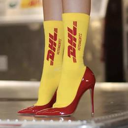 Kanye Vetements Logotipo de DHL Calcetines Street Skateboard Calcetines deportivos de moda Calcetines de impresión de letras Calcetines de tubo de fútbol de primavera y verano HFLSWZ017 desde fabricantes
