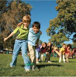 Brinquedos antigos on-line-Jogos ao ar livre jogos brinquedos duas pessoas três pernas pé amarrado cordas crianças cooperação formação pessoas idosas cuidados crianças