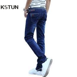 KSTUN Jeans uomo elasticizzato blu con bottoni tasche design slim fit skinny denim pantaloni jogging jeans casual biker motor pantaloni maschili s1012 cheap trouser button design da disegno del tasto del pantalone fornitori