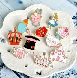 Deutschland Alice im Wunderland Pin Brosche Palace Crown Teekanne Cup Hut Emaille Abzeichen Pin Cute Girl Schmuck supplier palace brooch Versorgung