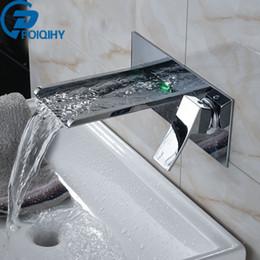 2020 led mélangeurs cascade POIQIHY a mené le robinet fixé au mur de robinet de salle de bains de robinet de salle de bains de cascade de salle de bains / robinet mis le robinet mélangeur de poignée simple led mélangeurs cascade pas cher