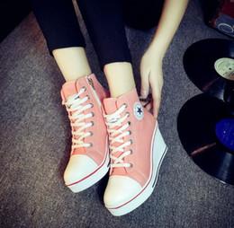 2018 Otoño Nueva mujer Moda Suela gruesa Color Imprimir Aumentar zapatos de lona Mujer estudiante Cadena lateral Cuña High-top zapatos casuales desde fabricantes