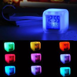 7 colores brillantes cambio despertador reloj digital termómetro cubo LED reloj tiempo datos semana y temperatura pantalla desde fabricantes