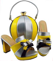 Scarpe italiane di colore giallo argento con borse abbinate per le donne  Scarpe e borse italiane donna set di scarpe da sposa africane di alta  qualità shoes ... 0a97299f9a2
