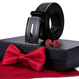 красные горячие карманы Скидка Красные бабочки белые точки карманные квадратные запонки и автоматическая пряжка пояса для мужской подарочной коробке бизнес горячая оптовая продажа бесплатная доставка DB-130