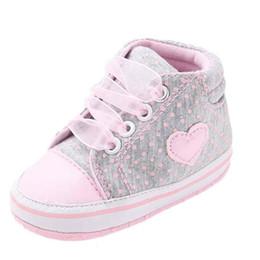 Zapatillas de lona rosa bebé online-Zapatos de lona del cordón de los bebés lindos del corazón rosado Zapatillas de deporte laterales antideslizantes Suela suave Bebé Primeros zapatos para caminar