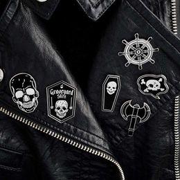 куртка с отворотом Скидка Пиратские булавки скелет череп руль гроб броши джинсовая куртка рубашка воротник отворотом пряжки значок панк ювелирные изделия падение доставка