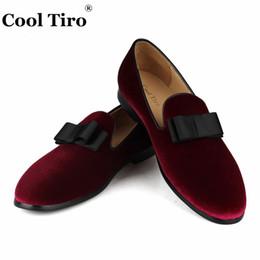 Men s burgundy dress shoes online-Cool Tiro Burgundy Velvet Mocasines Hombre Mocasines Zapatillas Casual Zapatos Bowtie Zapatos de vestir para hombres Wedding Party Slip on Flat Cuero genuino