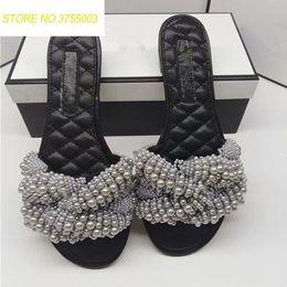 Peep toe pisos perlas online-2018 Pearl Bead Slipper Mujer Peep Toe Trabajo hecho a mano Sandalias de gladiador planas Mujeres Moda Zapatos casuales Zapatos de verano de las mujeres