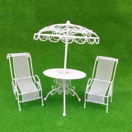 1:12 Ölçekli Oyuncak 3 adettakım Dollhouse Minyatür mobilya Açık Metal Masa Çifti Sandalyeler kitleri Beyaz dekor nereden