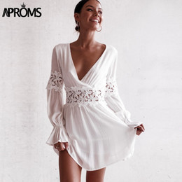 Weißes häkeln rückenfreies kleid online-Aproms White Rüschen Crochet Lace Short Kleider Frauen 2018 Sexy V-Ausschnitt Langarm Strand Kleider Backless Flare Sleeve Vestidos