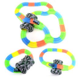 Trilhos de plástico para carros de brinquedo on-line-Rockery set refeição Glowing Mágica Plástica Faixa de Jogo LED Light Up Magic Carro Eletrônico Juntos Brinquedo DIY Brilho Pista de Corrida Brinquedos Para Meninos Presente