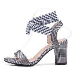 Zapatos formales blancos de las mujeres online-Sandalias ocasionales de las mujeres de la manera del verano Correa de Ankel Sandalias de los talones medios Formal Style Ladies Shoes Negro Blanco Rojo CerdaChic 2018