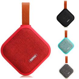 Barra de som ao ar livre on-line-Oradores Sem Fio Bluetooth REMAX RB-M15 Tecido De Couro IP5X À Prova D 'Água estilo Speaker Pano Estilo Portátil Speaker Soundbar Esportes Ao Ar Livre