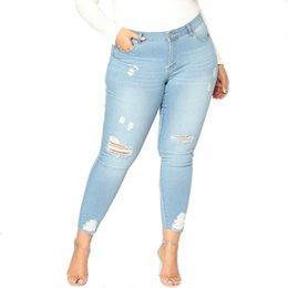 235bd0a52272 Femmes D été Maigre Slim Crayon Jeans Femelle Grand Taille Trou Déchiré  Pantalon Lady Plus Taille 2XL-7XL Bas Causal Haute Élasticité