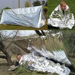 2019 tendas vivas Barracas de folha de prata ao ar livre prova de vento abrigos Oversize isolamento Cobertor de vida de dormir anti emergência barracas de aquecimento cobertor GGA642 150PCS tendas vivas barato