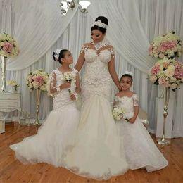 Il bambino progetta il treno online-New White Mermaid Flower Girl Abiti per Wedding Jewel Neck Manica lunga 3D Flower Kids Pageant Gown Sweep Train Toddler Prom Wear