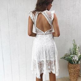 Weißes häkeln rückenfreies kleid online-Sommerkleid Elegant Midi Weiß Spitzenkleid Frauen V-Ausschnitt ärmellose Rüschen Backless Crochet Casual Strand Jurken Zomer Jurk