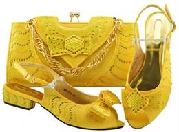 Argentina Venta caliente de las mujeres amarillas gatito zapatos de tacón con bowtie bolsa de diamantes de imitación para el vestido zapatos africanos partido bolso conjunto MM1075 cheap yellow kitten heels Suministro