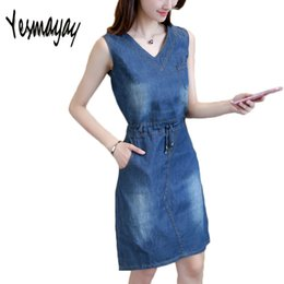 c3fa0152c44 Sans manches 2018 New Summer Denim Dress pour femmes femmes Vintage v-cou  filles Slim une ligne Denim Jeans robe robes Robes Robe promotion robe mince  en ...
