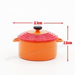 Accesorios de cocina online-Odoria 1:12 Sopera de sopa miniatura con cubierta Naranja Utensilio de cocina de metal Accesorios de cocina de casa de muñecas